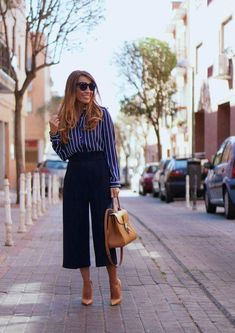 black dress casual 37 Ideas how to wear black dress ideas heels Black Culottes Outfit, Blue Pants Outfit, How To Wear Culottes, Navy Blue Pants, Cullotes Outfit Casual, Blue Jeans, Mode Outfits, Office Outfits, Casual Outfits