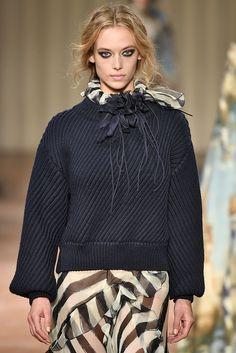 Alerta Fashion Week - Milão - Sempre presente nas coleções de inverno, os tricês ganharam destaque na semana de moda de Milão, em versões que exploram diferentes texturas, camadas e modelagens que priorizam o conforto. A Adina traz: Tricot Básico, Tricot Design 1, Tricot Pompom e Tricot Shine. Imagem: Alberta Ferretti