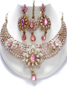 Unique and Exclusive Indian Fashion Jewelry sets, this fashion jewellery sets contains a necklace, matching pair of earrings, and mangtikka. This set is beautifully designed with the very high quality Indian Jewelry Sets, India Jewelry, Bridal Jewellery Inspiration, Wedding Jewelry, Diamond Necklace Set, Bollywood Jewelry, Emerald Jewelry, Gold Jewelry, Wholesale Jewelry