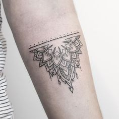 Little mehndi inspired piece from yesterday at @vadersdye  Have a great day!  ___________________________ #rachainsworth #mehnditattoo #fineline #linetattoo #mandalatattoo  ___________________________ @rghtstuff @equilattera @inkstinctofficial @blacktattooing @tattooarmada