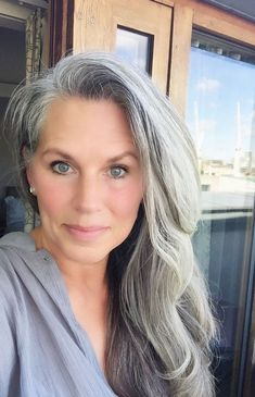 Gorgeous silver with pretty blue eyes. I hope my color looks this amazing (when… – Übergangsfrisuren Long Gray Hair, Grey Wig, Silver Grey Hair, White Hair, Short Hair, Grey Hair Inspiration, Salt And Pepper Hair, Pretty Blue Eyes, Going Gray