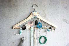 Jewelry storage diy - 15 Amazing DIY Jewelry Holder Ideas to Try – Jewelry storage diy Diy Jewelry Holder, Jewelry Hanger, Jewelry Closet, Jewelry Wall, Necklace Holder, Jewelry Box, Jewlery, Bedroom Organization Diy, Jewelry Organization