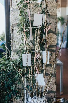 Ideias simples e criativas para criar o vosso seating plan! #casamento #inspiração #ideias #seatingplan #tema #criatividade #copodeágua #convidados #casamentospt Seating Plans, Ladder Decor, Gift Wrapping, How To Plan, Gifts, Wedding Cake Simple, Wedding Dress Simple, Marriage Invitation Card, Long Tables