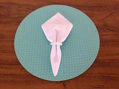 Kit contendo: <br>1 Sousplat, ou suporte de prato, feito em mdf, com 34cm de diâmetro; <br>1 capa em tecido removível; <br>1 guardanapo 100% algodão 40x40cm; <br>1 porta-guardanapo. <br>Ideal para quem gosta de receber amigos e familiares de forma sofisticada. <br>Pedido mínimo 2 peças. <br>Consulte a possibilidade de comprar as peças separadamente. <br>Entrega em até 5 dias úteis.