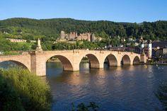 Kurzurlaub in Deutschland: In Heidelberg etwa kann man sich bei bester Aussicht die badischen Tropfen schmecken lassen.