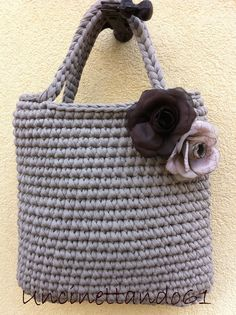 borsa in fettuccia di lycra color tortora con rose in organza tono su tono Crochet Clutch, Crochet Handbags, Crochet Purses, Crochet Accessories, Bag Accessories, Love Crochet, Knit Crochet, Crochet Designs, Crochet Patterns