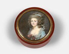 <b>François Dumont</b> Lunéville, 1751 - Paris, 1831 <br /> <b>Portrait de femme à la robe bleue et au corsage orné de fleurs</b> <br /> Miniature de forme ronde vers 1785 <br /> D. 5,70 cm <br />  <br /> Ornant le couvercle d''une boite en composition imitant le jaspe rouge, doublée d''écaille mouchetée (D. 7,50 cm) <br /> Un ancien numéro d''inventaire sur une étiquet...