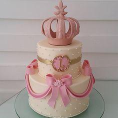 Princesa Letícia @paulathayde #bombocadobolosfinos #bombocado Gorgeous Cakes, Amazing Cakes, Torta Princess, Aurora Cake, 40th Cake, Birthday Cake, Button Cake, Quinceanera Cakes, Crown Cake