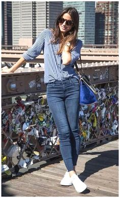 35 Best Outfit Ideas With New Sneakers Office Style Inspiration Blue Shirt Plus Bag Plus Skinny Jeans Plus White Sneakers Smart Casual Outfit, Casual Work Outfits, Casual Jeans, Casual Chic, Casual Weekend Outfit, Outfit Office, Chic Outfits, Office Wear, Woman Outfits