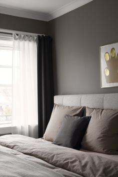 Bedroom with dark colors and big pollows on the bed creates a cozy atmosphere. Beige Walls Bedroom, Dark Gray Bedroom, Grey Walls, Home Bedroom, Home Living Room, Modern Bedroom, Master Bedroom, Bedroom Decor, Grey Bedding