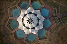 Baha'i temple that's being built in Chile. It's a translucent temple. Baha'i Lotus temple in New Delhi, India: Sacred Architecture, Indian Architecture, Creative Architecture, Organic Architecture, Interior Architecture, Delhi India, New Delhi, Op Art, Nova Deli