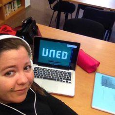 Desde Valencia, @Darah_ nos enseña su lugar de estudio #selfiuned Digital Alarm Clock, Valencia, Fitbit, Teachers, Studio, Reading
