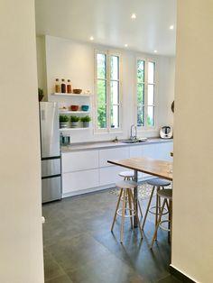 Cuisine tonique pour petit dejeuner tardif Croissy Sur Seine, Beautiful Homes, Table, Furniture, Home Decor, Kitchens, House Of Beauty, Decoration Home, Room Decor