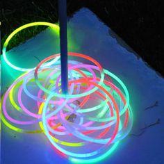 Idée pas chère et facile d'aménagement de jardin : utiliser des bâtons lumineux pour jouer au lancer d'anneaux.