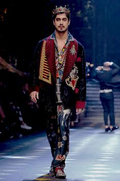 Avan jogia - dolce&gabanna fall/winter 2017 men's fashion show that outfit is really artistic as well Men Fashion Show, Live Fashion, Fashion 2017, Couture Fashion, Mens Fashion, Milan Fashion, Fashion Trends, Avan Jogia, Colin O'donoghue
