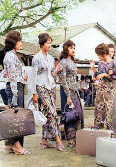 Traditional Fashion, Traditional Outfits, Chinese Picture, Indonesian Women, Filipino Fashion, Model Kebaya, Filipino Culture, Vintage Photos Women, Batik Fashion