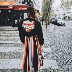 Ontem foi o último dia do PFW, encerrando o ciclo de desfiles nas cidades que são consideradas as metrópoles da moda: NY, Londres, Milão e Paris. 💥 Foram apresentadas as coleções de Spring/Summer 2017! Estão curiosos pra saber o que mais se viu por lá? Te contamos tudinho, link na bio 📲🔝 #fashionbreak #fashionweek #PFW #MFW #LFW #NYFW #trends #tendencias #moda #fashion #style #estilo #news #instafashion