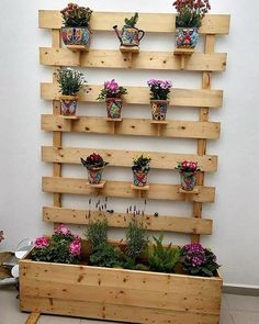Incredible Ideas for Reusing Old Wood Pallets Just give your house a fantastic outlook with the custom designing of the wood pallet planter project. You just need to add upon the wood pallet plank stacking over the floor area with the impression of rustic Wood Pallet Planters, Wooden Pallet Projects, Wooden Pallet Furniture, Wooden Pallets, Pallet Ideas, Pallet Wood, Diy Projects With Pallets, Pallet Garden Projects, Diy With Pallets