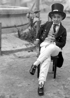 Retrato de niño con chistera y traje de levita, Mexico 1930.