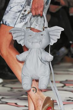 Giles S/S 2010 GREMLINS! // no no no no terrifying no no no no so scary no way 90s Grunge, Gremlins, Big Bags, Cute Bags, Fashion Bags, Fashion Accessories, Looks Kawaii, Giles Deacon, Novelty Bags