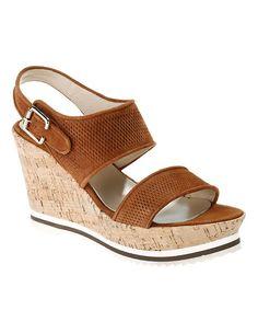 Die Sandalette aus hochwertigem Leder mit markanten Keilabsatz ist ein stilsicherer Kombipartner zu Ihrem Sommeroutfit.