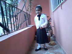 El año pasado con su uniforme, esperando para ir a su colegio...