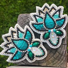 Beaded earrings- Just beautiful, love the colours and use of other sized beads. Beaded Earrings Native, Beaded Earrings Patterns, Native Beadwork, Native American Beadwork, Seed Bead Earrings, Powwow Beadwork, Beaded Bracelets, Native Beading Patterns, Beadwork Designs