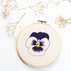 Floral hoop art, embroidered Amores Perfeitos