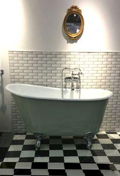 Badkar 130 cm med lejontassar. Ett stort litet fristående badkar med lejontassar! Ett badkar med riktig emalj.