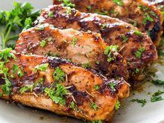 Μια πολύ εύκολη συνταγή για ένα εξαιρετικό πιάτο. Χοιρινές μπριζόλες ψημένες στη μαρινάδας τους με βαλσάμικο, μουστάρδα και δενδρολίβανο. Νοστιμότατη γεύση