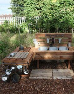 Losse bakken, ruimte voor spullen ophangen/wegleggen    Kids pallet outdoor kitchen http://fazeleypreschool.blogspot.co.uk/2013/09/mud-kitchen.html?m=1
