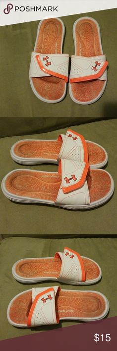 Woman's Under armour 4D FOAM slides Under armor 4D FOAM orange slides. Used and been worn but still in good condition and the foam support is still in excellent condition. Very comfortable. Adjustable as well. 💛 Under Armour Shoes