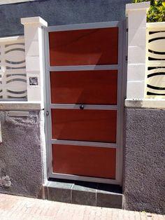 Puerta en galvanizado y panel fenolico. Tenerife
