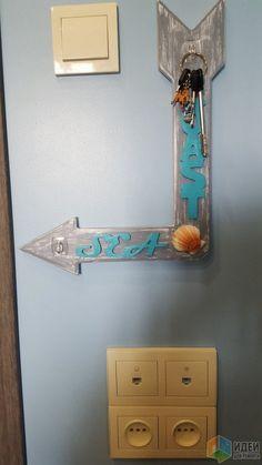 Стрелка-указатель одновременно служит и ключницей