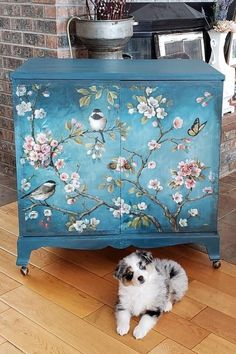 Don't toss your old furniture. Expert DIYer shares ways to turn old furniture into modern pieces - New ideas Decoupage Furniture, Hand Painted Furniture, Funky Furniture, Refurbished Furniture, Paint Furniture, Repurposed Furniture, Home Decor Furniture, Shabby Chic Furniture, Furniture Projects