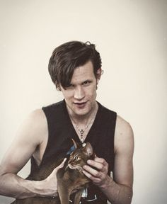 Matt Smith with a cat. The Doctor may have had a tin dog, but for a real pet, he seems to prefer cats. British Men, British Actors, Serie Doctor, Bae, Amy Pond, Eleventh Doctor, Matt Smith, David Tennant, Gatos