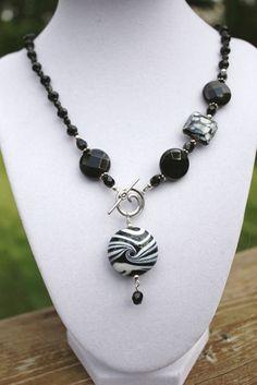 Collar asimétrico del grano de Murano blanco y negro y cristal