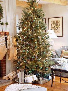 Weihnachtsbaumscmuck gold klare linien grüne kugeln