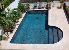 Para actualizar el aspecto de una piscina basta con modificar algunos elementos, como escaleras o bordes, y obtendremos resultados asombrosos.