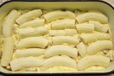 U lim za kolače izliti polovicu smjese, složiti banane. Sweet Recipes, Snack Recipes, Dessert Recipes, Cooking Recipes, Sweet Cakes, No Bake Cookies, Pavlova, International Recipes, Creative Food