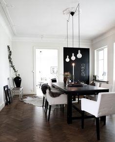mooie donkere vloer met crispwitte muren, idee voor lamp