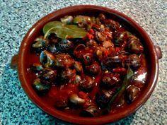 Caracoles a la madrileña Chicken Mushroom Pasta, Spanish Kitchen, Tapas Recipes, Hummus, Sushi, Seafood, Stuffed Mushrooms, Curry, Yummy Food