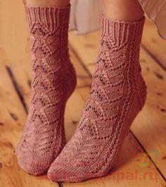 Этиажурные носки с бисеромпридадут дополнительный блеск любой дамской ножке. Вдохновением для их создания послужили деревья магнолий с их роскошными цветами, на которые так похож рисунок вязания …