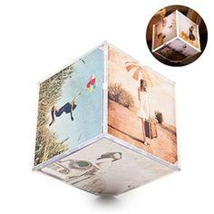 Con forma de cubo para 6 fotografías de 15X15 cm. En plástico ABS e iluminado por LED mediante 3 pilas AA.