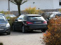 Der Mercedes-Benz CLA Shooting Brake feiert zwar erst im Januar 2015 auf der NAIAS (North American International Auto Show) in Detroit seine Weltpremiere für ausgewählte Journalisten, wir haben das Modell aber bereits heute auf einem Hotel-/Restaurant-Parkplatz im Deggenhausertal in Süddeutschland gesichtet. Leider war das Lenkrad abgedeckt, und im Kofferraum befanden …