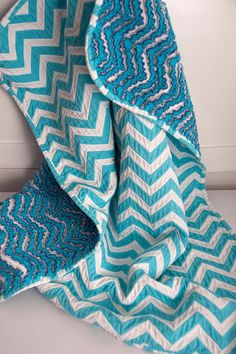 DIY Baby Blanket, Chevron and Chenille Not as difficult as you think. Chevron print fabric and 3 layers of flannel, sewn along the edge of chevron pattern then flannel is cut open on the back to make chenille. I'm soooo gonna make this one. She has anot. Chenille Blanket, Chevron Baby Blankets, Chevron Blanket, Quilt Baby, Rag Quilt, Bubble Quilt, Chevron Quilt, Chevron Fabric, Aqua Quilt