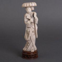 Japans ivoren okimono: vrouw met hoed en waaier, gesigneerd, inclusief basement H 26 x Ø 8 cm