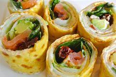 tapas amuse hapjes: omelet-rolletjes met zalm, avocado en gedroogd tomaatjes. Tapas, Omelette, High Tea, Japanese Food, Fresh Rolls, Starters, Finger Foods, Food Inspiration, Sushi