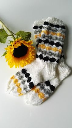 Kodin Kuvalehti – Blogit | Neiti Kerä – Räsymatto-villasukat Fair Isle Knitting, Knitting Socks, Free Knitting, Baby Knitting, Knitted Hats, Knitting Patterns, Main Image, Wool Socks, Diy Clothing