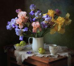With a bouquet of irises by Tatiana Skorokhod - Photo 146274841 - Purple Flowers, Pink Roses, Iris Garden, Still Life Photos, Still Life Photography, Flower Photos, Flower Art, Flower Arrangements, Beautiful Flowers